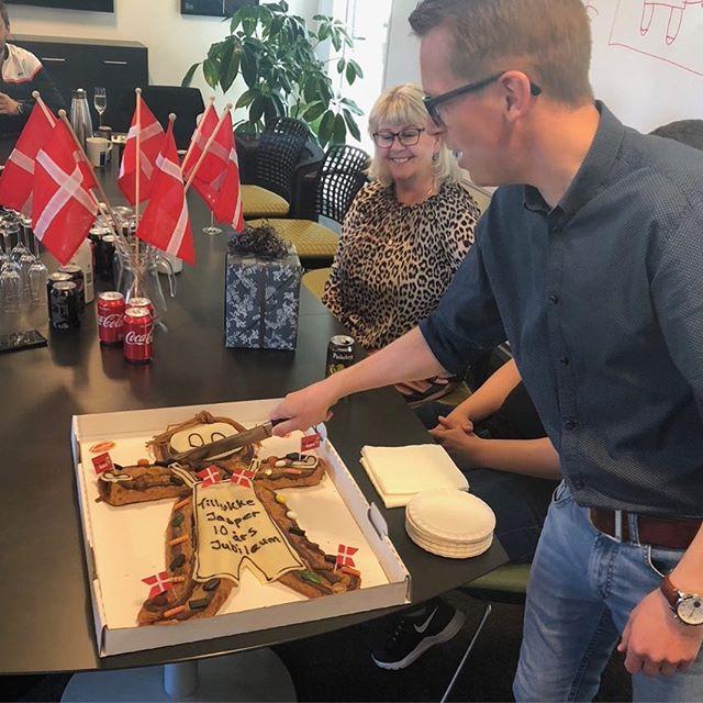 SÅ har vi igen fejret rund!!! Denne gang Jespers 10 års jubilæum🇩🇰🇩🇰🇩🇰🇩🇰🇩🇰🇩🇰🇩🇰🇩🇰🇩🇰🇩🇰 Stort TILLYKKE til Jesper😊 #c2it #liveterforkorttil korte relationer