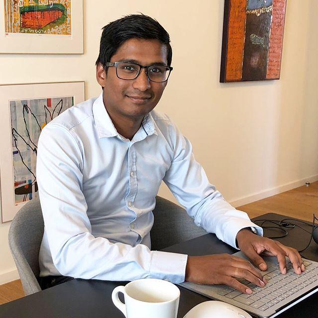 Endnu et VELKOMMEN… denne gang til vores nye Management konsulent Darlow Kiruparajan. Darlow kan med sin baggrund som softwareingeniør og en kandidat indenfor IT, kommunikation og organisation koble teknik og forretning hos vores kunder – og så kommer han med et frisk teoretisk pust til vores Management-team #c2it #itmanagement