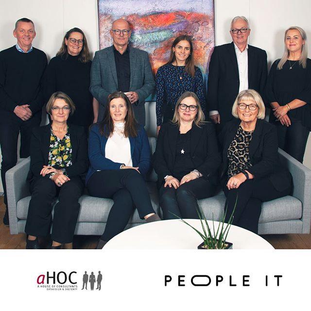"""C2IT bag sammenlægning af konsulentvirksomheder: People-IT og aHOC bliver til landsdækkende konsulentvirksomhed. IT-konsulentvirksomhederne People-IT med hovedkontor i Kolding og aHOC i Glostrup er blevet til én virksomhed og har nu sammen kontorer både i Jylland og på Sjælland. C2IT koncernen, der ejer People-IT, har overtaget aktiemajoriteten i aHOC. Fremadrettet vil den """"sammenbragte"""" konsulentvirksomhed kunne levere en endnu bedre service til de eksisterende kunder samt tilbyde de dygtige konsulenter flere spændende og udfordrende opgaver. #c2it #itconsultancy"""