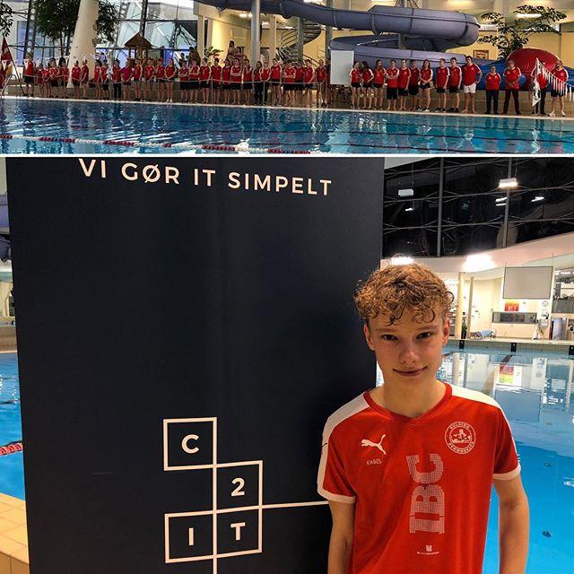 Vi støtter Kolding Svømmeklub, hvor Rasmus pløjede baner for C2IT ved weekendens Sponsorstævne🏊♂️💪#koldingsvømmeklub #kolding #vistøtterlokalsporten #c2it #LivetErForKortTil ligegyldighed @koldingsk
