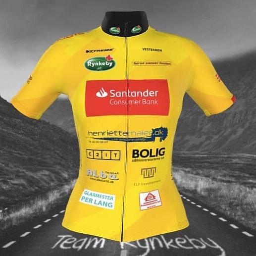 """Vi er sponsor af to Rynkeby teams – både et i Øst- og Vestdanmark😃 Vores """"øst-team"""" @teamrynkebyvestegnen har sendt deres fine gule uniform i trykken og resultatet er rigtig flot👍 Vi glæder os til at se jer på landevejen💪🚴♂️ #LivetErforKortTil ligegyldighed #teamrynkeby #fuckcancer #børnecancerfonden #kræftramtebørn #teamrynkebyvestegnen Team Rynkeby er et europæisk velgørenhedscykelhold, som hvert år cykler til Paris for at samle penge ind til børn med kritiske sygdomme og deres familier."""