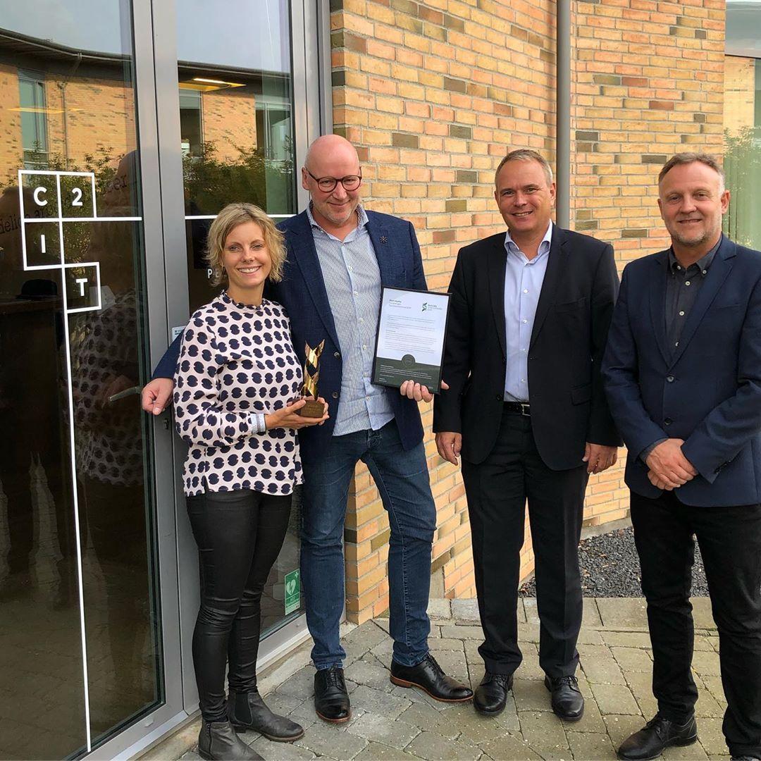 """C2IT kåret som 'Succesvirksomhed 2019' – TUSIND TAK😊 Erhvervsprisen 'Succesvirksomhed' er stiftet af Spar Nord og BDO. Den anerkender de virksomheder, der har et kontinuerligt drive og lykkes med at skabe vækst og solide finansielle resultater over en længere årrække og dermed bidrage til positiv udvikling i dansk økonomi som helhed. Det er et helt særligt DNA der skal til for at skabe og opretholde en succes år efter år. @carstensixhoi CEO hos C2IT: """"Vi er meget stolte af, at C2IT har fået prisen som 'Succesvirksomhed', fordi den ikke kun fokuserer på den korte vækst, men også på det lange seje træk – begge dele er essentielle forudsætninger for at skabe en succesfuld it-virksomhed."""" #succesvirksomhed2019 #c2it #LivetErForKortTil korte relationer"""