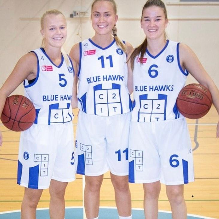 Vi er kommet på både mave og lår af de seje basketballspillere hos Værløse Blue Hawks, hvor både dame- og herreholdet kæmper godt i ligaen.  Damerne har netop vundet de sidste to kampe og herreholdet har også en sejr med i bagagen inden torsdagens kamp den 31/10 kl. 19:00 i Søndersøhallen i Værløse mod Svendborg Rabbits. Pøj pøj Blue Hawks!!🏀😊 #LivetErForKortTil ligegyldighed #vbbk #c2it #GOBLUEHAWKS  @vaerloesebasketballklub @heinzefotosport