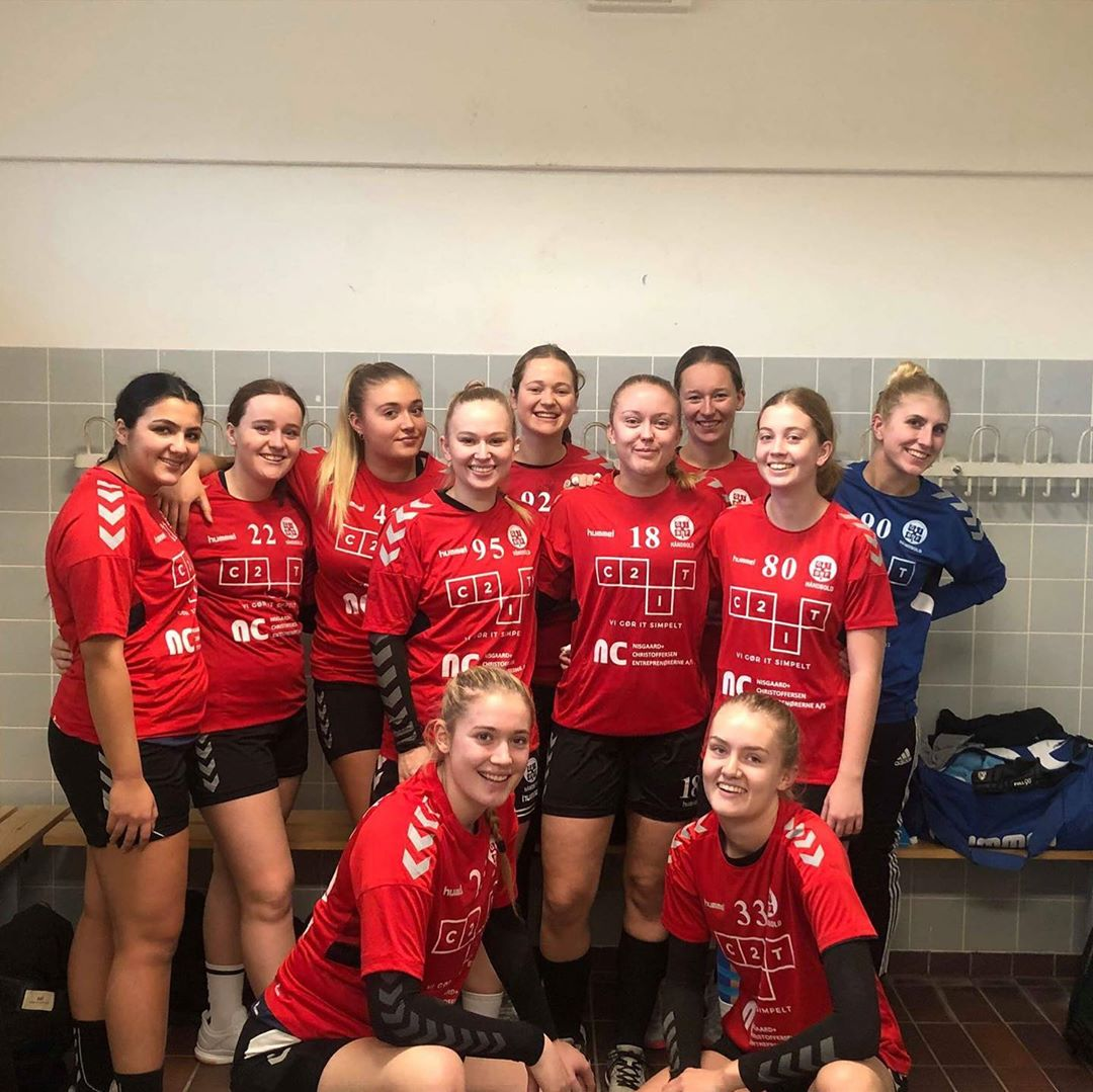 Vi er kommet på maverne af U19 pigerne i BGIF Håndbold i Kolding. Pigerne spiller i 2. division. Pøj pøj👊🤾♀️ #LivetErForKortTil ligegyldighed #vistøtterlokalsporten  #c2it  @bgifhandbold