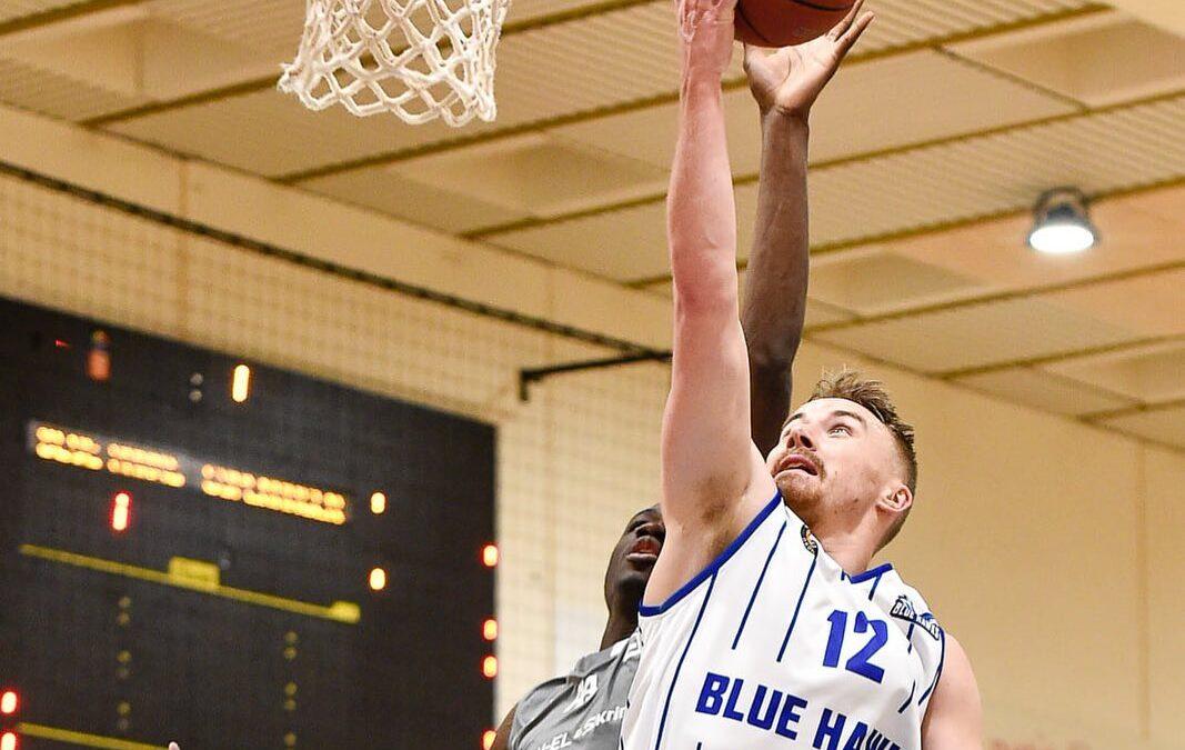 """""""Vores"""" basketballhold VÆRLØSE BLUE HAWKS vinder PRO B mesterskabet Stort TILLYKKE til @vaerloesebasketballklub , som vi har været på trøjerne af i 2 år, har nu sikret sig Pro B mesterskabet i herrernes Basketliga. Førstepladsen i Pro B giver adgang til kvartfinalerne om det danske mesterskab mod de fuldprofessionelle hold i Pro A. Head coach Susie Heede-Andersen, der stopper når denne sæson er spillet helt færdig udtaler: """"Det har været en helt fantastisk rejse, og jeg vil gerne sige tak for den tillid, der er blevet vist mig som første kvindelige cheftræner for et herrehold og for den fantastiske opbakning jeg og holdet har fået fra hele klubben, sponsorerne og alle andre rundt om klubben gennem de seneste 3 år. Uden den støtte har vi ikke kunnet udvikle og beholde vores egne danske talenter, og skabe disse resultater i kampen mod hold, der har flere professionelle udenlandske spillere."""" Udover Pro B mesterskabet har Værløse også haft to spillere på det danske landshold, der skabte sensationelle sejre i sæsonen med verdensranglisternes hhv. nr. 10 og 8 fra Litauen og Tjekkiet. #LivetErForKortTil ligegyldighed #WEAREONE #c2it @1stdownphoto"""
